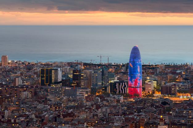 vista-aerea-cenico-do-arranha-ceus-e-da-skyline-da-cidade-de-barcelona-na-noite-em-barcelona-espanha_73503-31